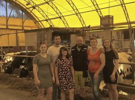 Sandra und Lothar Schleicher (zweite und dritter von rechts) bauten  2014 eine Rundbogenhalle als Stall für ihre Kühe. Auf dem Bioland-Betrieb leben und arbeiten sie mit ihren Kindern (von links) Beatrice, Jan, Melinda und Cindy-Marie. Es fehlt Tochter Xenia.