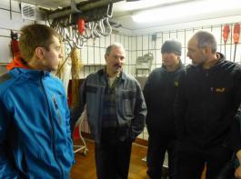 Metzgermeister und Landwirt Richard Schwer (Zweiter von links) erklärt den Besuchern  seine Schlacht- und Verarbeitungsräumlichkeiten. Alle  Schlachttiere werden direkt  an Endkunden vermarktet.