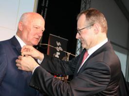 Präsident Roman Glaser zeichnete Gerhard Rüdlin mit der Goldenen Ehrennadel des Baden-Württembergischen Genossenschaftsverbands aus.