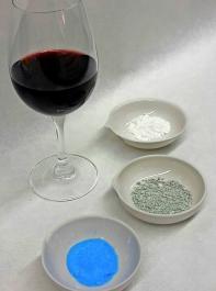 Die Böckser-Behandlungsmittel Silberchlorid (weiß), Kupfercitrat (grünlich) und Kupfersulfat (blau).