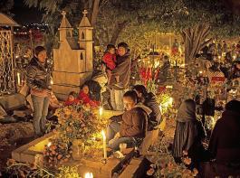 In Mexiko wird alljährlich ein großes Familienfest zu Ehren der Verstorbenen gefeiert. Viele bleiben dafür die Nacht auf dem Friedhof, um die Seelen der Toten zu empfangen.