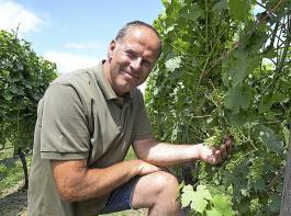 Mathieu Hulst erzeugt auf dem Weingut Apostelhoeve in der Nähe von Maastricht ausschließlich Weißweine,  weil rote Trauben nicht jedes Jahr die gewünschte Qualität erreichen. Es mangelt ihnen manchmal an Sonne.