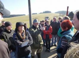 Helmut Haas vom Märtishof aus St. Georgen-Sommerau (links)  erläuterte sein Weidemanagement mit Kurzrasenweide und ständigem Zugang zum Stall und Laufhof.