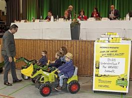 Schlussetappe zum erfolgreichen Volksantrag: Minister Peter Hauk bekam am 7. Februar bei der Landesversammlung des BLHV symbolisch 84.128 Unterschriften überreicht. Am Ende wurden es noch fast 6000 mehr.
