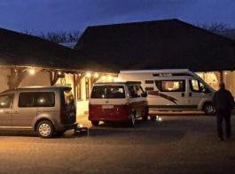 """Ein ganz eigenes Dinnerflair zeigt sich, wenn 15 Camper beim Weingut Weber """"Platz nehmen"""" und gemütlich im Fahrzeuginneren auf die Menügänge warten."""