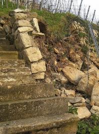 Diesen Mauerversturz an der steinernen Treppe müssen Fachleute wieder professionell aufbauen.
