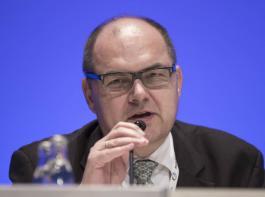 Friedrichs Nachfolger Christian Schmidt (CSU) :  Der 56-jährige Jurist vertritt seit 1990 den Wahlkreis Fürth/Neustadt an der Aisch als direkt gewählter Abgeordneter  im Bundestag. Er hat sich bislang vor allem mit Sicherheits- und Außenpolitik befasst.