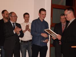 ILBT-Obermeister Helmut Wieser überreichte Julian Knecht den Paul Ritter Förderpreis.