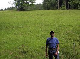 Franz Josef Kaltenbach vom Hinterhauensteinhof in Hornberg-Niederwasser vor einer seiner Weiden mit einer mehr als 50-prozentigen Steigung. Wie andere Landwirte in seiner Gemeinde ist er  enttäuscht über die Verzögerung des Projekts.