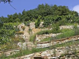 Über 240 Jahre alt sind sind diese Trockenmauern aus hellem Sandstein in einem Weinberg im Markgräflerland.