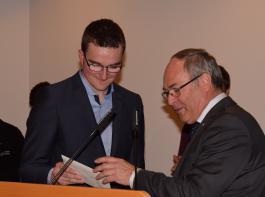 Manuel Dapp erhielt für das beste Ergebnis der Gesellenprüfung durch IKK-Geschäftsführer Klaus Riesterer ein Präsent
