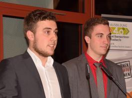 Julius Metzger (links) und Zyprian Steinle dankten im Namen der Absolventen ihren Wegbegleitern während der Ausbildung.