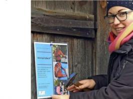 Bezirksvorsitzende Christiane Wangler hängt Plakate auf, um auf den Woman'sBack aufmerksam zu machen.