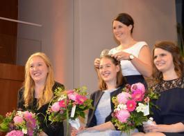 Franziska Aatz gab die Krone der Badischen Weinkönigin an Miriam Kaltenbach (Mitte) weiter und krönte Hannah Hermann und Stephanie Megerle zu Prinzessinnen.