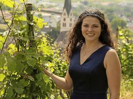 Die Badische Weinkönigin Katrin Lang findet es schöner, wenn der Winzer seinen Wein selbst vorstellt.