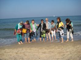Mit den Schuhen in der Hand marschierten die  Südbadnerinnen fröhlich durch Sand und Ostsee-Wellen.