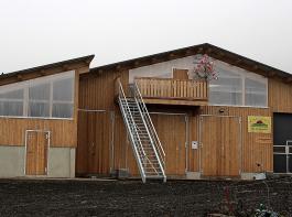 Von der extern begehbaren Besucherterrasse gewinnt man einen guten Einblick in den Stall.