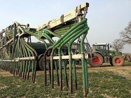 """Mit der """"Bauernmilliarde"""" sollen unter anderem Investitionen in klimaschonende Ausbringtechnik für organische Dünger gefördert werden. Beteiligen können sich Landwirte, Maschinenringe und Lohnunternehmer."""
