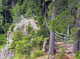 Der Uhustein ist mit Geländern gesichert.