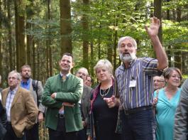 Bei der Besichtigung des Waldes von Eckhard Schmieder. Bildmitte im grünen Sakko: Philipp Freiherr zu  Guttenberg; rechts von ihm Kordula Kovac und neben ihr Eckhard Schmieder.
