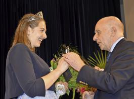 Franz-Xaver Grünwald überreichte der neuen Badischen  Weinkönigin, Miriam Kaltenbach, den Schlüssel für ihr Dienstfahrzeug.