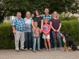 Auf dem Lindenhof helfen alle mit: (von links) Reinhard und Bärbel Frenk, Anja und Thomas Frenk mit Tim, Luisa und Lara sowie Hofhündin Elody.