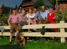 Auf dem Wilmershof packen alle mit an (von links): Marius, Moritz, Andrea, Matthias, Alfons und Klara  Fehrenbach.