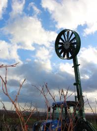 Mobiles Windrad zum Anbau an den Weinbegschlepper: Jutek Windmaster