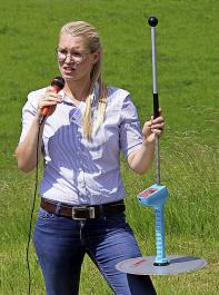 Juliane Dentler vom LAZBW Aulendorf  stellte unter anderem das Projekt zur Kurzrasenweide vor. In diesem Zusammenhang erklärte sie auch die Messung des Bestandes mithilfe des Rising Plate Meters, das bereits im Grünlandmagazin im März  vorgestellt wurde.