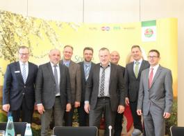Entspannte Mienen zum Saisonstart  bei den Vertretern der Märkte,  dem  neuen Marktkontor-Geschäftsführer Dr. Ansgar Horsthemke  (4.  von links) und dem  Vorsitzenden  Roman Glaser (links).