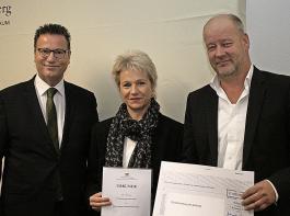 """Landwirtschaftsminister Peter Hauk (links) zeichnete Sandra Kopf  und Thomas Mayer von der IG """"Schlachtung mit Achtung"""" aus."""