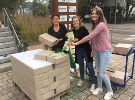 Hurra! Die neuen Bücher sind da! Sonja Wahl, Carolin Karl und Christina Steiert haben die erste Lieferung in Empfang genommen und freuen sich