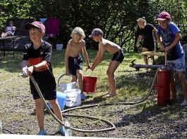 """""""Wasser marsch"""" – damit war bei sommerlichen  Temperaturen für Abkühlung bestens gesorgt."""