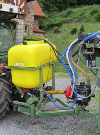 Bild2: Zwei-Stoff-Gerät an die Deichsel des Nachläufers montiert