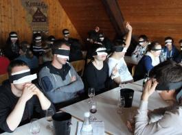 Wein verkosten im Dunkeln: Geruchs- und Geschmackssinn wurden auf eine harte Probe gestellt.