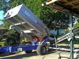 Hochkipp-Traubenwagen mit Vibrations-Dosiermulde beim Abladen