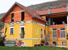 Erst wenn  die Bauarbeiten am Hof beziehungsweise für die Ferienwohnungen abgeschlossen sind, fühlen sich Feriengäste wohl. Sie wollen nicht auf oder an einer Baustelle wohnen.