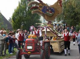 Der erste Preis für den besten Erntewagen ging an die Landjugend Bräunlingen mit ihrem Wetterhahn.