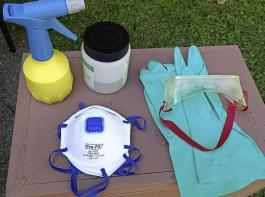 Utensilien für die sichere Behandlung: Schutzbrille, FFP2- oder FFP3-Partikelmaske, säurefeste Handschuhe, Sprüher mit feinem Spritzbild, vorbereitete, mit Wasser verdünnte Oxalsäurelösung.
