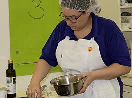 Carina Maier (HW) bereitet landestypische Speisen für ein Buffet vor.