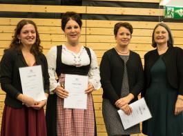Drei der fünf Hauswirtschafterinnen ländlich nahmen  ihre Urkunden von Bärbel Schäfer (rechts) persönlich entgegen.