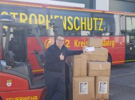 In Heinsberg freut sich Jens Schröder von der Feuerwehr über die angelieferten Schutzanzüge.