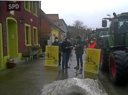 Der BLHV schnell im Einsatz: In Brigachtal wurde ein Schreiben, gerichtet an die SPD, symbolisch im Rahmen einer spontanen Kundgebung mit Traktoren an Parteivertreter überreicht.