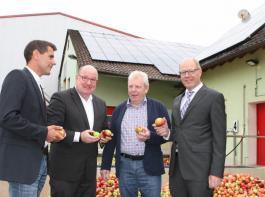 Start in die Apfelsaftsaison auf dem Betrieb der Firma Knill GmbH (von links): Daniel Weeber, Referent beim Verband der Agrargewerblichen Wirtschaft,  Klaus Heitlinger,  Rudolf Knill und Dr. Friedrich Ahrens.