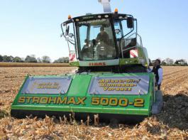 Der Strohmax, eine Neuentwicklung, kann in einem Arbeitsgang mulchen und häckseln.