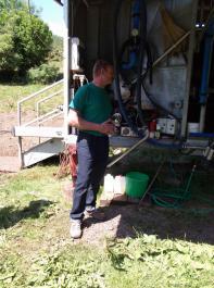 Hubert Schätzle aus Präg melkt seit  2009  auf der Weide. Bei der Konstruktion konnte er von den Erfahrungen von Klaus  Wetzel profitieren. So hat er auf die gleiche Melkstandkonstruktion und Melktechnik gesetzt. Hier erklärt er die technischen Verbesserungen, zu denen auch etwas mehr Platz für die Technik im vorderen Melkstandbereich gehört.