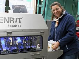 Sabine Denzer hat in diesem Jahr ihre Schälmaschine auf dem Wochenmarkt dabei.