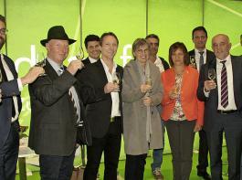 Zum Wohl, auf die Messe RegioAgrar Baden: Die Delegation der Messeorganisatoren und Ehrengäste beim Messerundgang nach der Eröffnungsveranstaltung  am Dienstagabend.