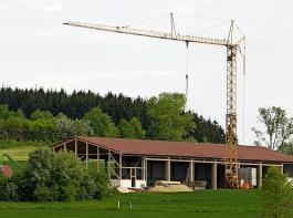Bauernverband und Landkreistag fordern ein Baurecht, das Umbauten und Neubauten für mehr Tierwohl erleichtert.