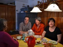 Karin Meier (links) hat bei Dieter und Cornelia Bührer eine neue Heimat gefunden.  Sozialpädagogin Barbara Flaccus (2.v.r.) besucht sie regelmäßig und begleitet die Familie.